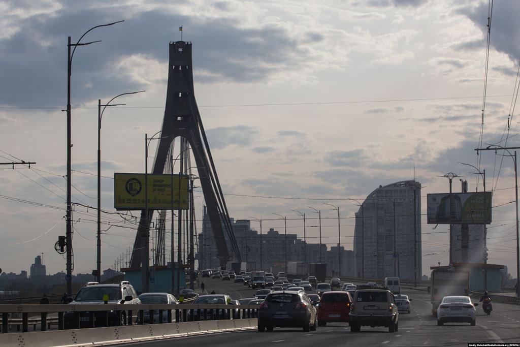 Автомобільний трафік на дорозі через Північний міст. Фото - Андрій Дубчак
