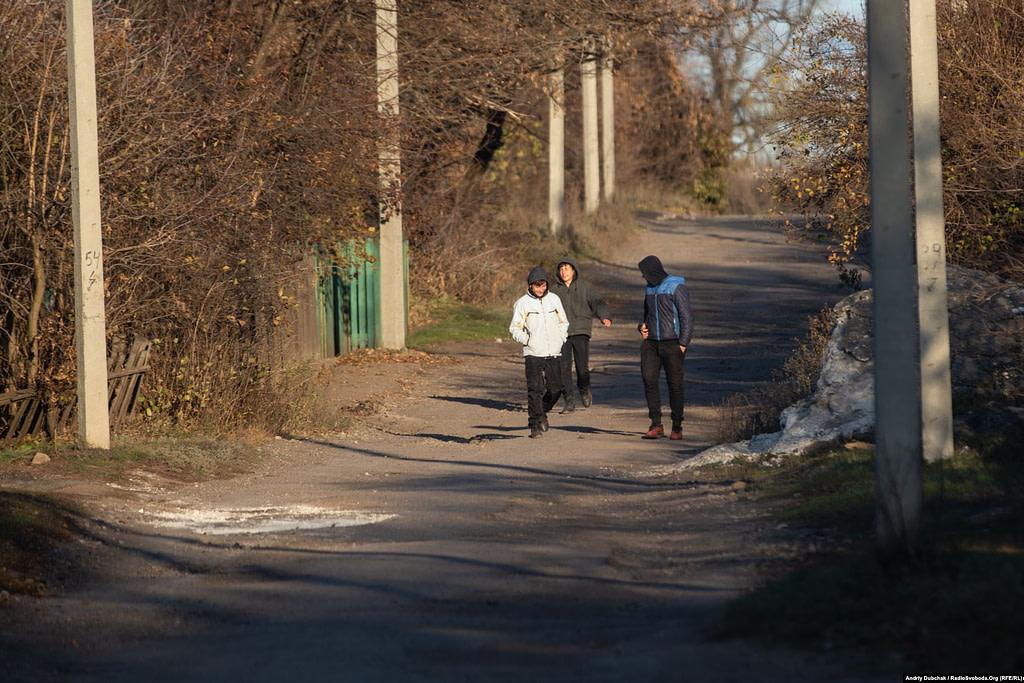 Молодь на вулиці Катеринівки.  Золоте (фотограф Андрій Дубчак)