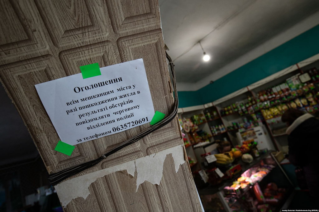У єдиному магазині села є все необхідне – ковбаси, риба, фрукти, овочі. Через режим «жовтий» у зоні ООС пару днів були проблеми з доставкою, але наразі, кажуть місцеві, все добре. Золоте (кореспондент Андрій Дубчак)