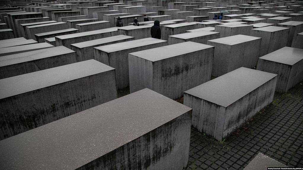 Меморіал пам'яті убитих євреїв Європи. Він розташований в центрі Берліну між Бранденбурзькими воротами, елементами бункера колишнього керівництва нацистської Німеччини і місцем, де проходив Берлінський мур. Це величезне поле із понад 2 700 сірих плит