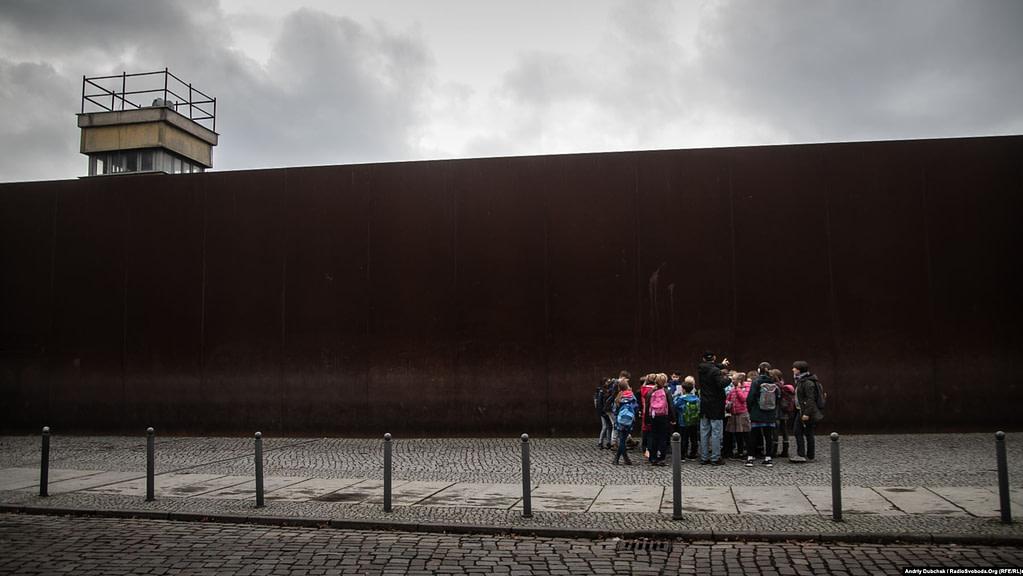 Загалом у місті за тиждень пройшло понад 200 заходів, присвячених річниці. На фото – екскурсія для дітей біля музею Берлінського муру на Бернауер-штрассе. Фото - Andriy Dubchak