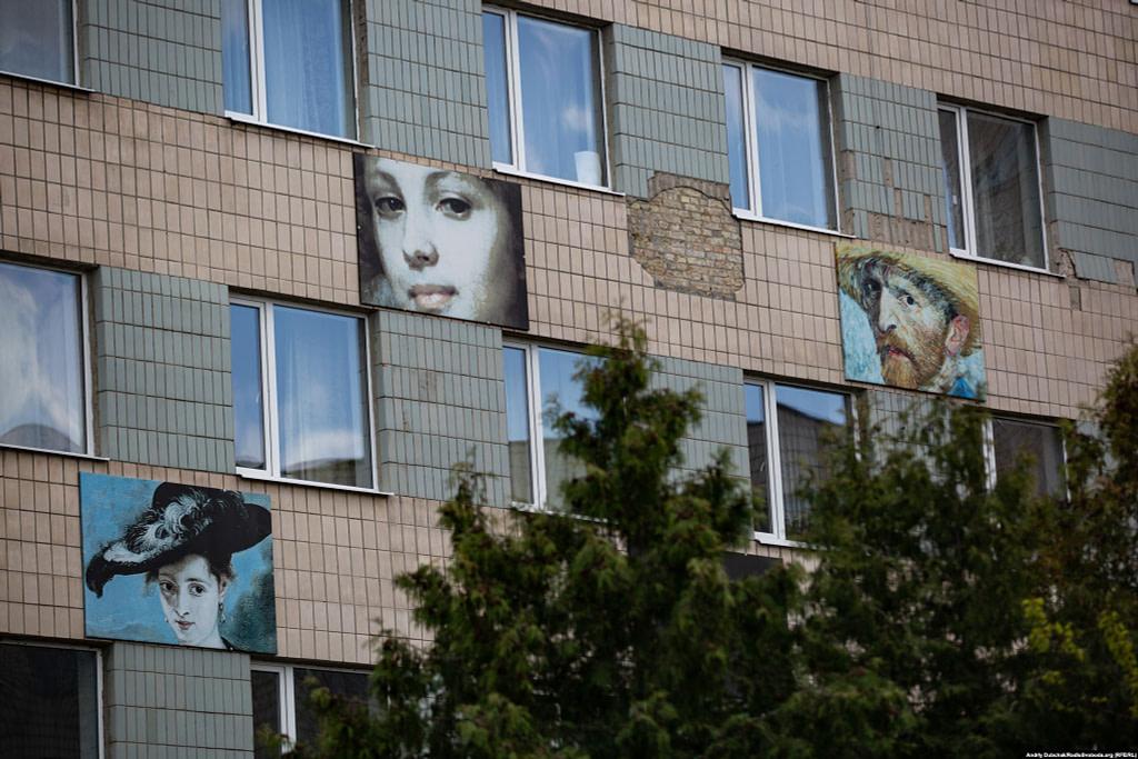 Портрети на стіні корпусу поліклініки / Фото- Андрій Дубчак