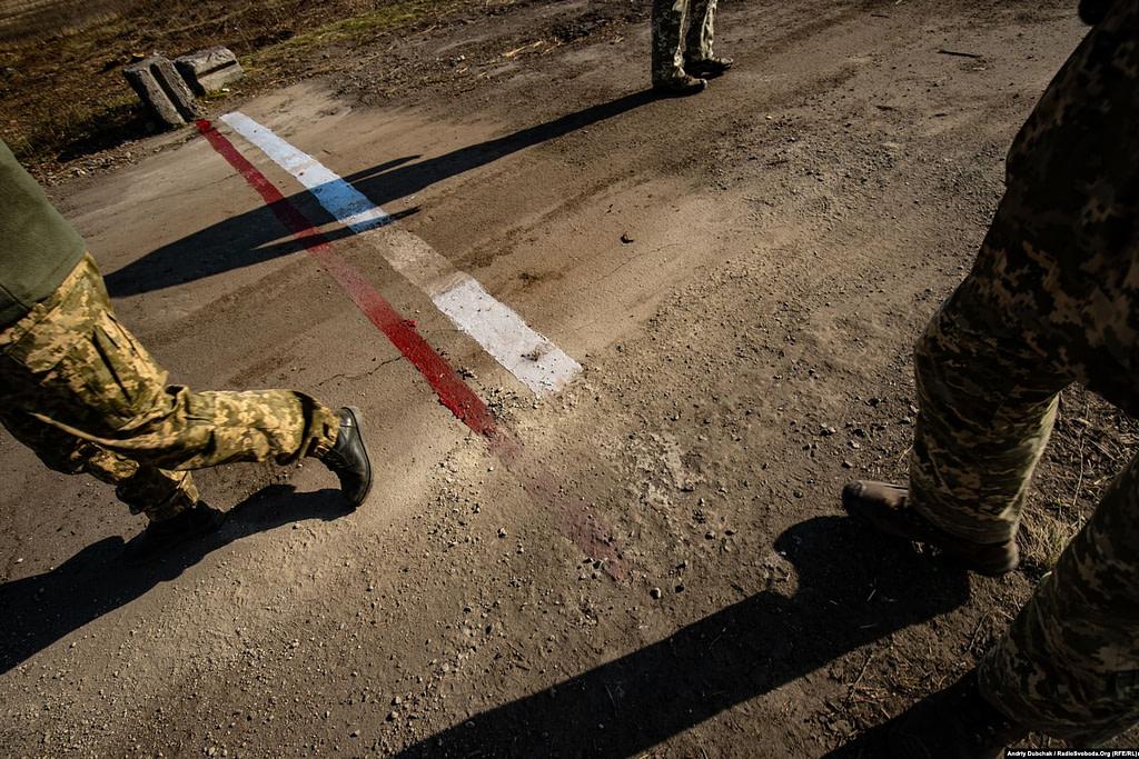 1 листопада було завершено формальне розведення сил і засобів на ділянці № 2 поблизу Золотого. На один кілометр назад відведено українську армію. На один кілометр назад відведено контрольовані Росією збройні формування. Лінія на фото – межа між демілітаризованою зоною і українською стороною (фотограф Андрій Дубчак)
