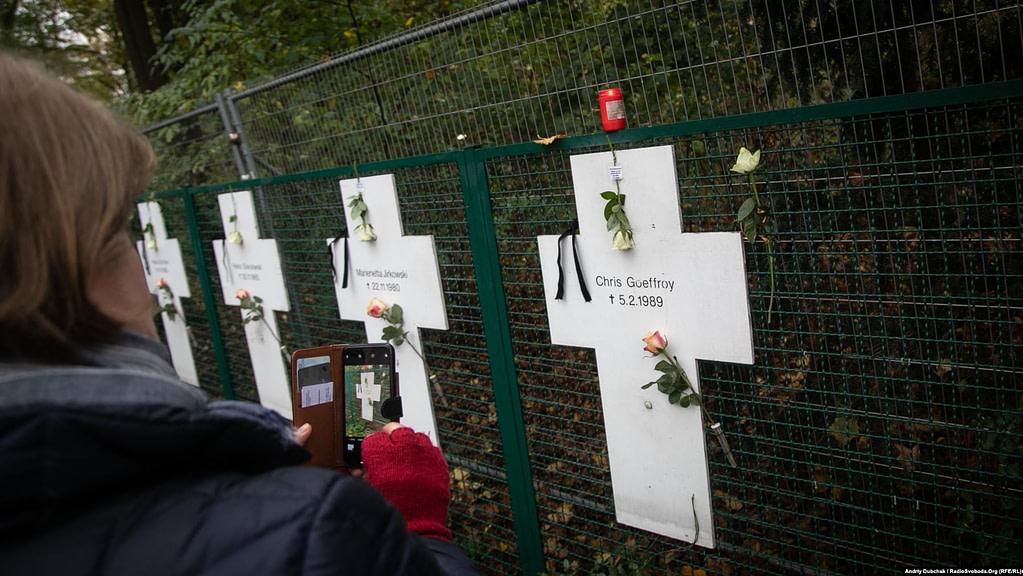 Хрести з іменами вбитих під час спроби перетину муру. Загалом за весь період існування муру загинуло 140 людей. Останньою жертвою Берлінського муру став двадцятирічний Кріс Ґеффрой 5 лютого 1989 року (хрест праворуч)