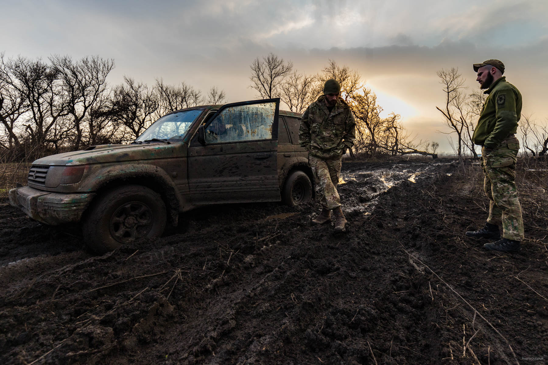 Officers, Bogdan and Igor, think what to do with a jeep that was stuck on the way to Vodyane. Militants shoot through asphalted roads and the only way to the village is a dirt track. Shirokine, March 2018