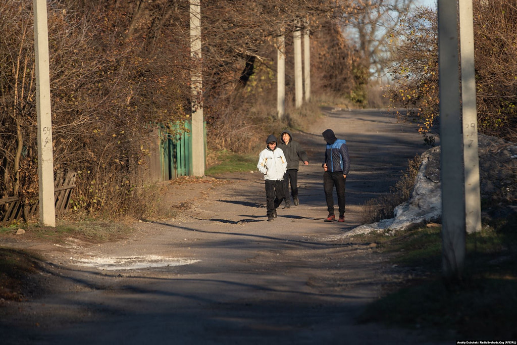 Young kids on a street in Katerynivka (photographer Andriy Dubchak)