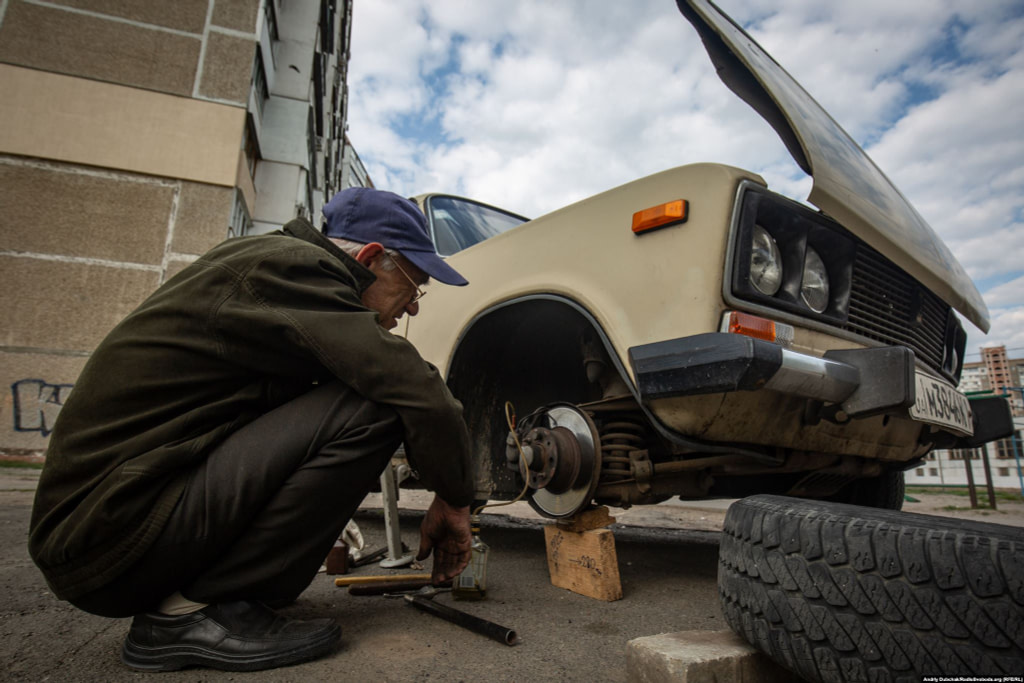 Віктор лагодить свого «Жигуля» між будинками вулиці Радунської. Фото - Андрій Дубчак