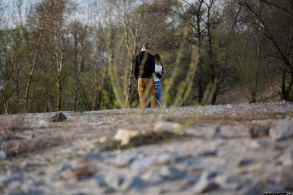 Молода пара гуляє берегом Дніпра. Фото - Андрій Дубчак