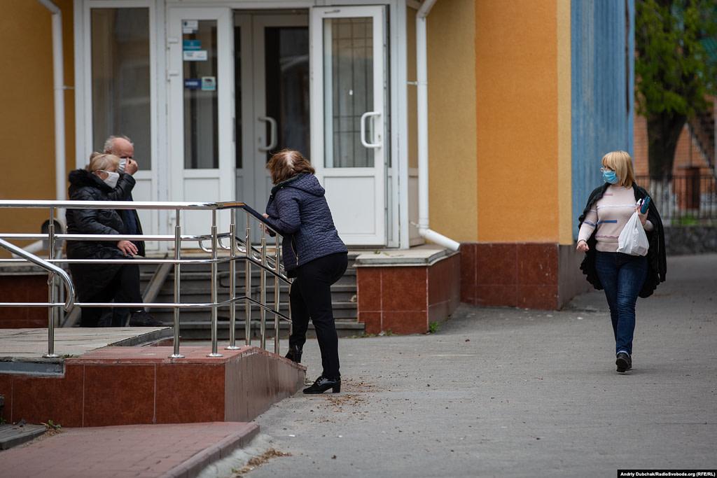 Працівники лікарні у черзі на здачу тесту на COVID-19. Фото - Андрій Дубчак