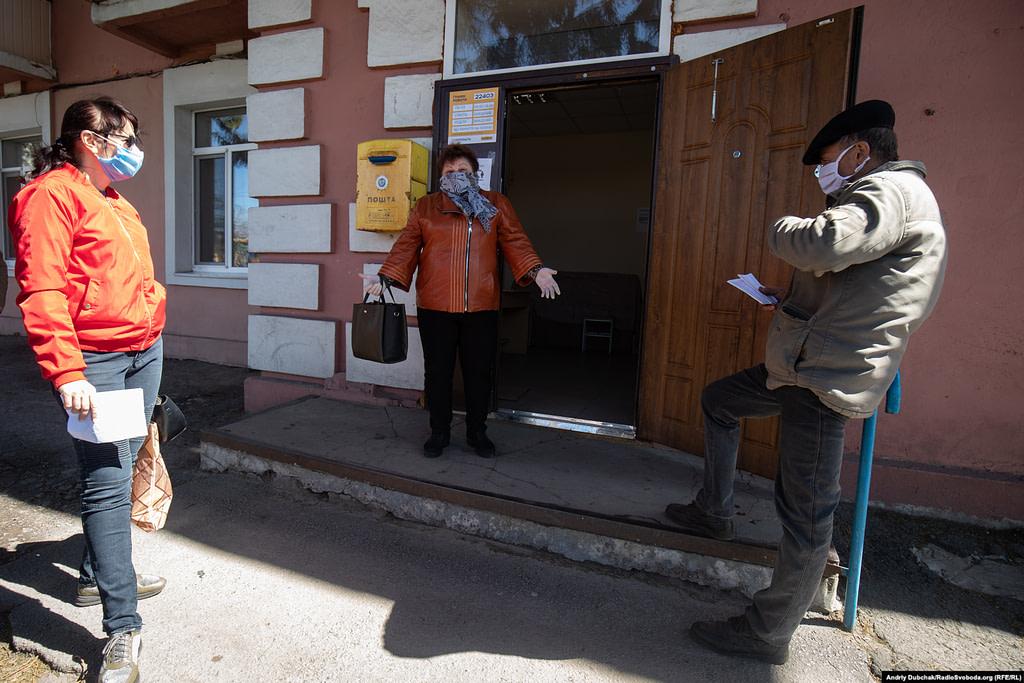 Інна, Людмила та Сашко у черзі біля відділення Укрпошти