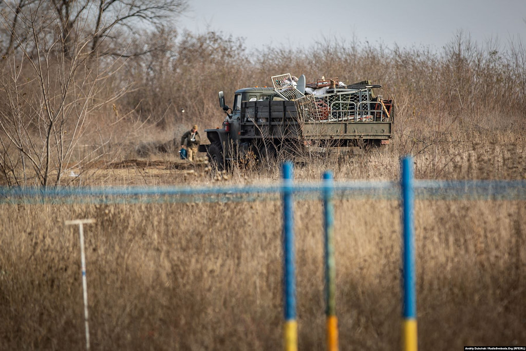 Армійські підрозділи все ще перевозять речі й облаштовуються у нових бліндажах навколо КПВВ. Золоте (кореспондент Андрій Дубчак)