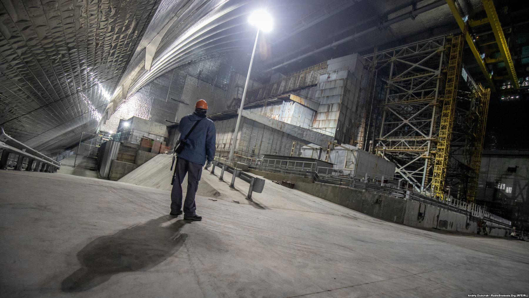 На фото – старий саркофаг зруйнованого ядерного реактора ЧАЕС всередині нового конфайнменту, спроектованого і збудованогофранцузькимконсорціумом Novarka