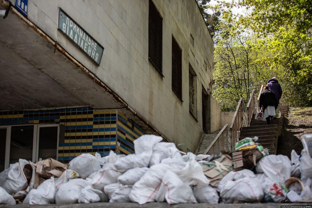 Працівниці харчоблоку з відрами біля приймального відділення, яке наразі реконструюється / Фото - Андрій Дубчак