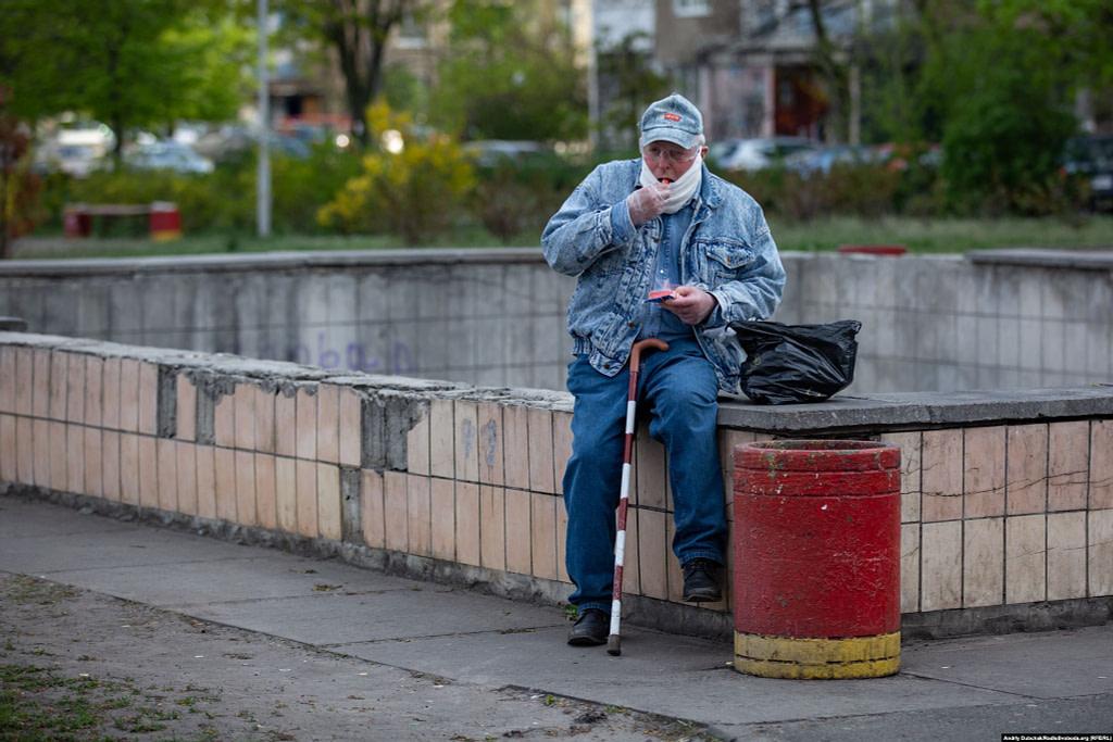 «Пікнік» Василя біля непрацюючого троєщинського фонтану. Фото - Андрій Дубчак