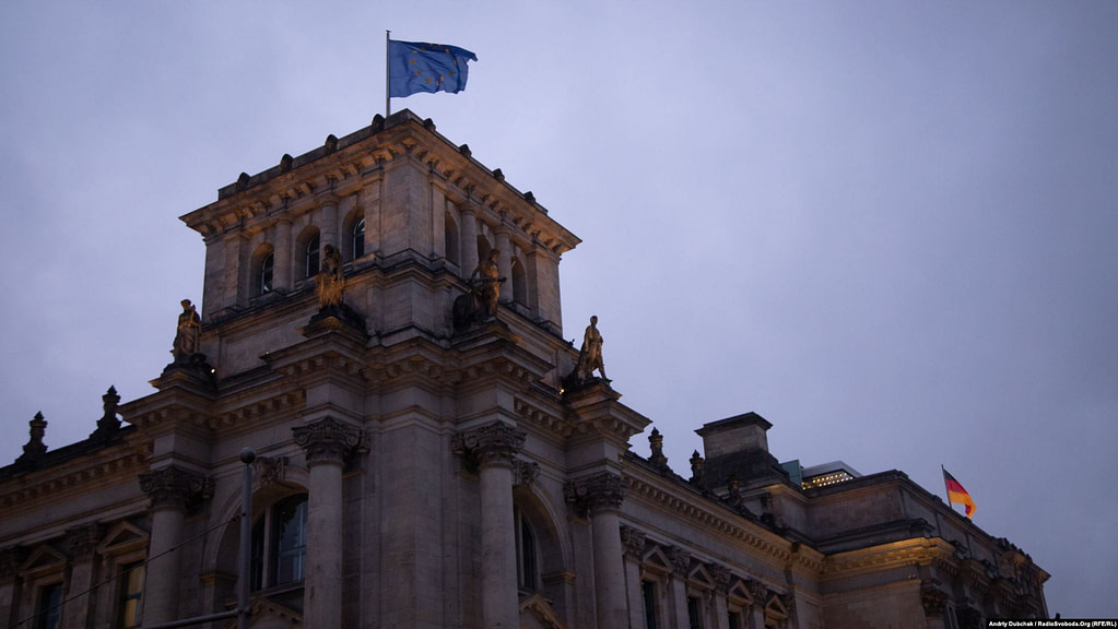 Рейхстаг. Саме на цій частині даху було зроблене відоме хрестоматійне радянське фото «Встановлення прапора над Рейхстагом», яке було інсценізацією від самого початку і до самого кінця