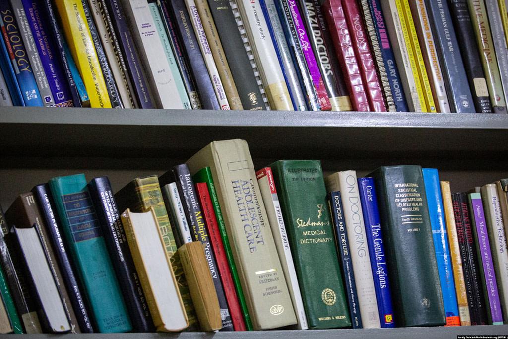 Книжки на полиці бібліотеки у відділенні реабілітації / Фото - Андрій Дубчак