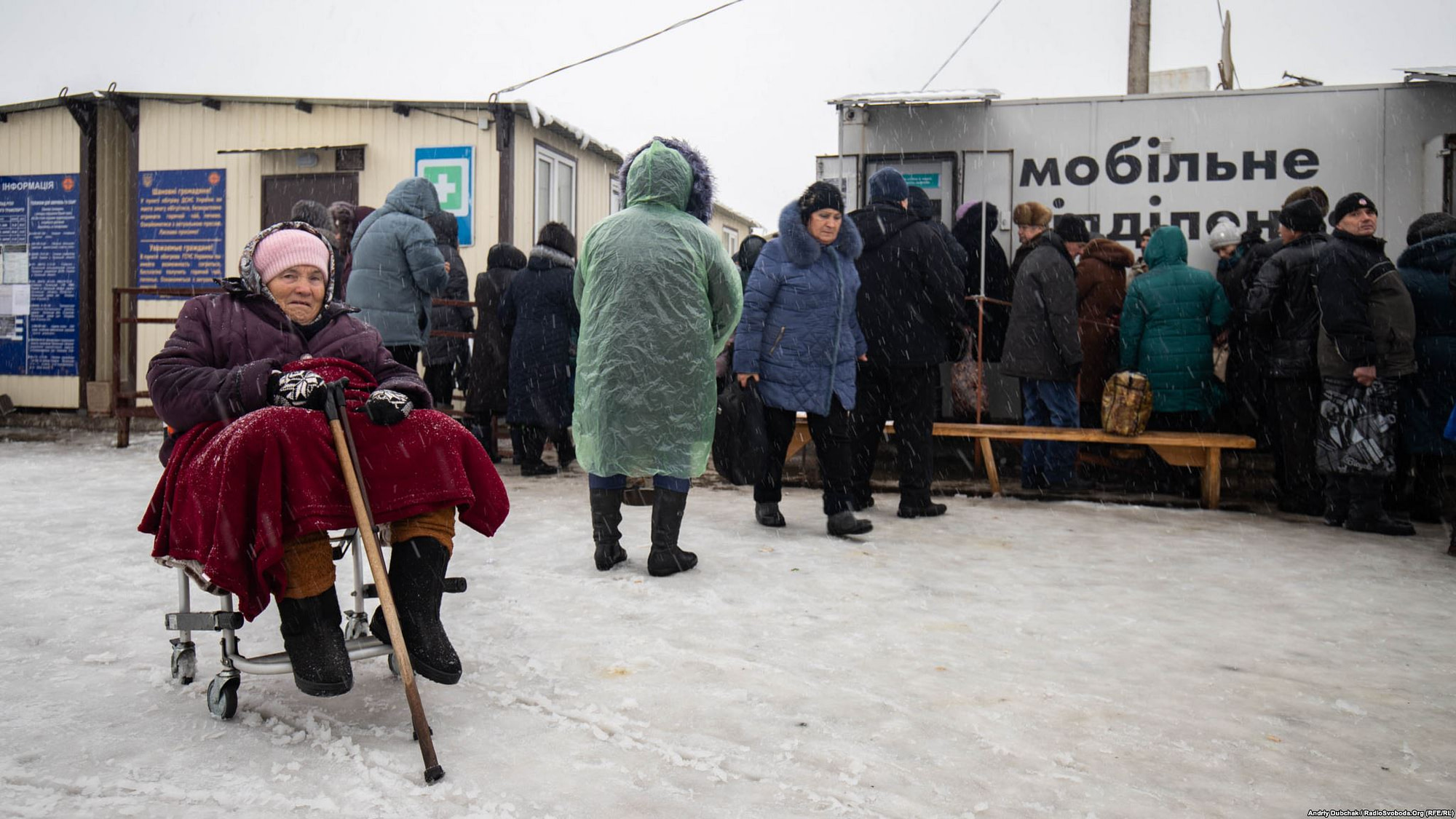 People crossing Stanytsia Luhanska checkpoint photo by Andriy Dubchak
