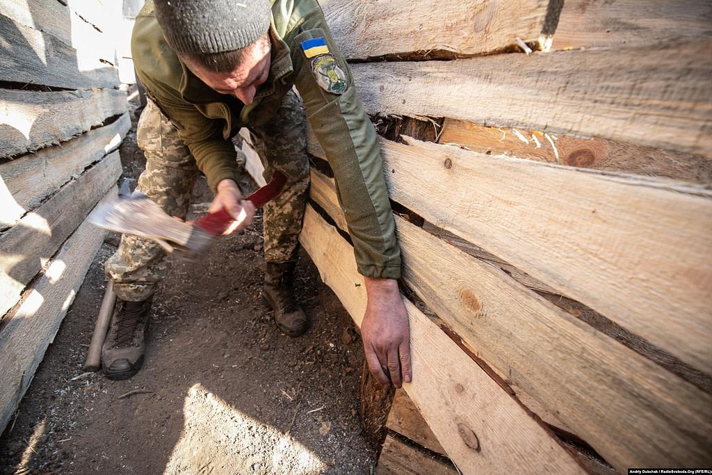 Трохи далі від нового «нуля» солдати облаштовують і відновлюють накопані колись позиції навколо КПВВ «Золоте». Золоте (кореспондент Андрій Дубчак)