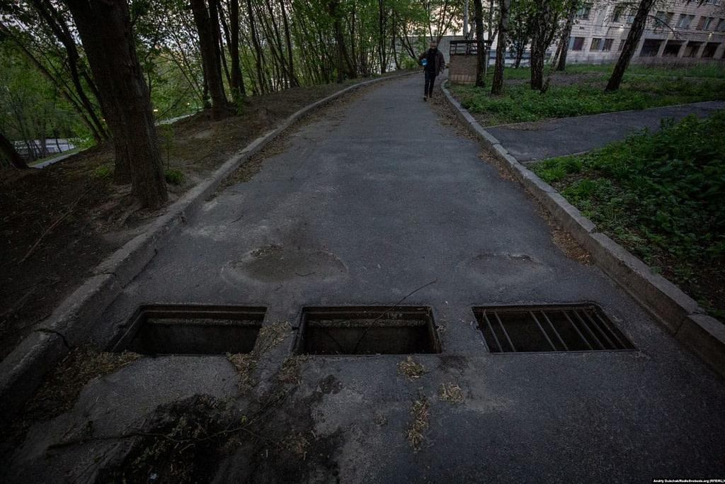 Відкриті ями на дорозі біля одного з відділень лікарні / Фото - Андрій Дубчак
