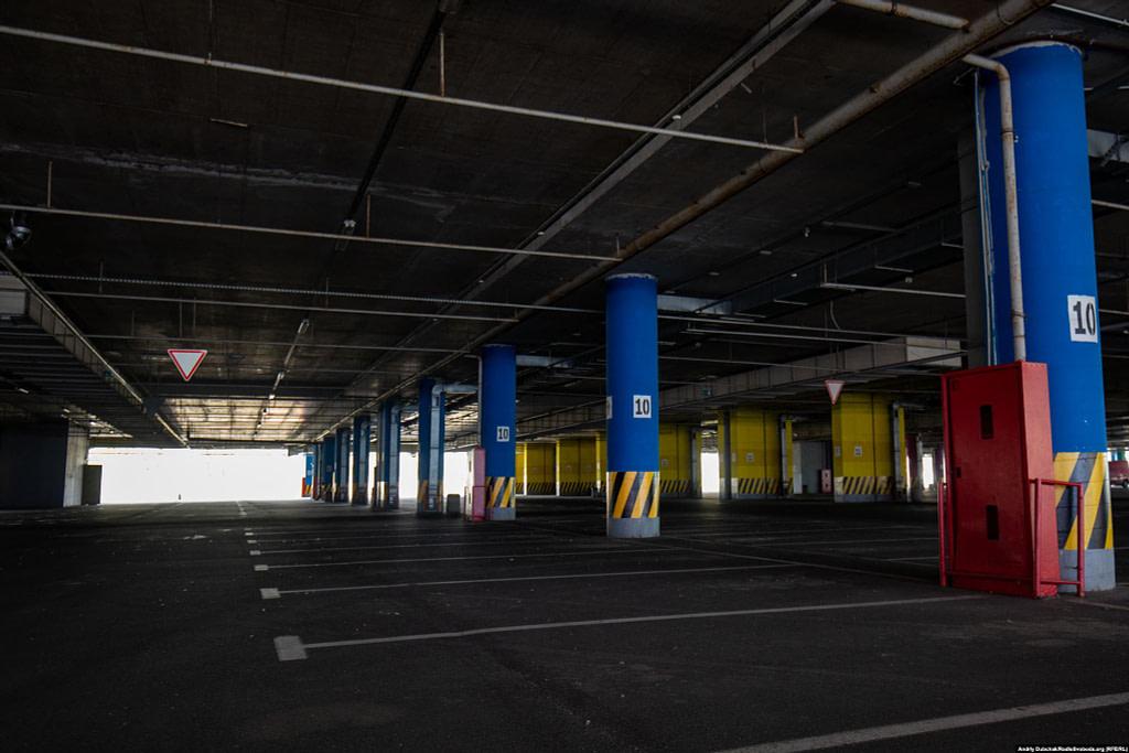 Порожній паркінг біля ТРЦ «SkyMall». Фото - Андрій Дубчак