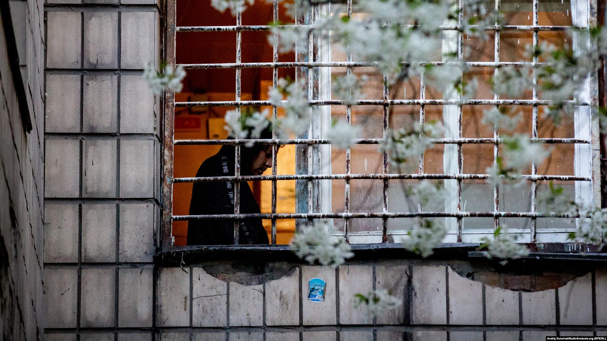 Пацієнт «важкого» відділення у загратованому вікні Київської міської психіатричної лікарні № 1 імені Павлова Photo: Andriy Dubchak