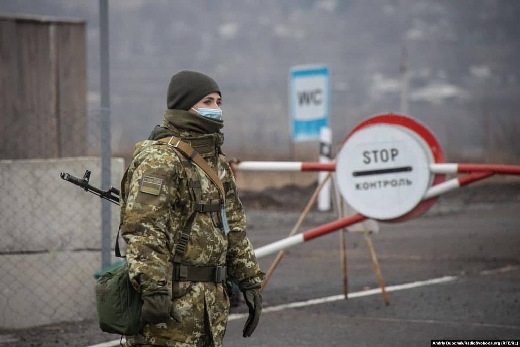 Українська військова на КПВВ Золоте