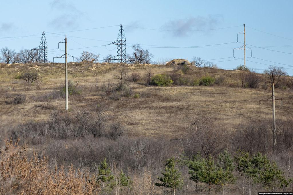 На висотах за селом розташовані запасні позиції другої лінії оборони української армії.  Золоте (фотограф Андрій Дубчак)