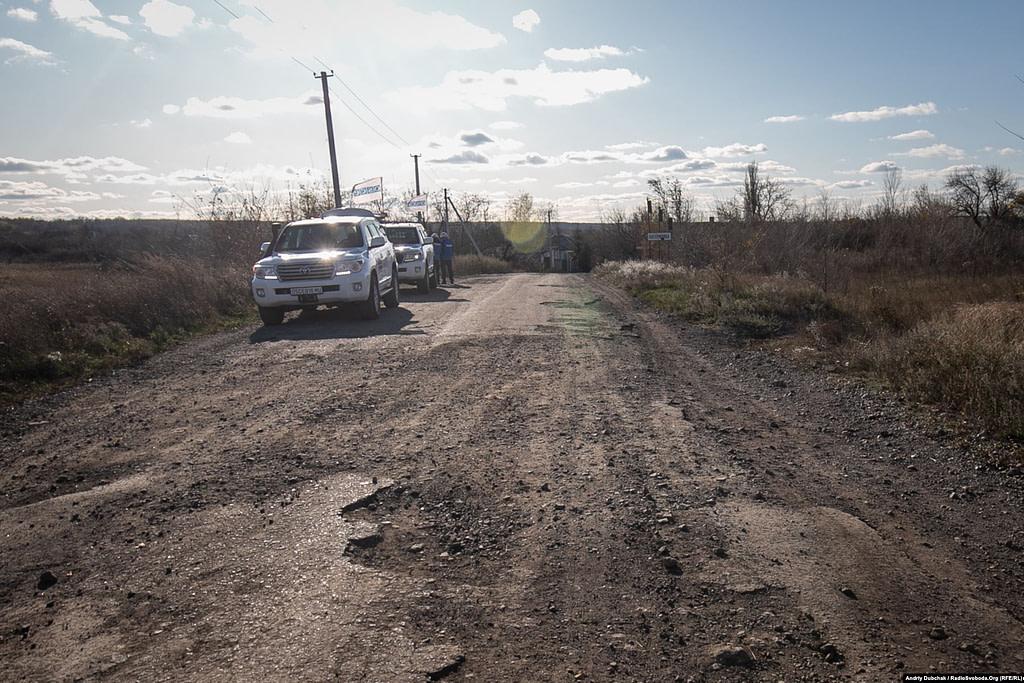 ОБСЄ спостерігає за процесом розведення військ біля в'їзду до Катеринівки.  Золоте (фотограф Андрій Дубчак)