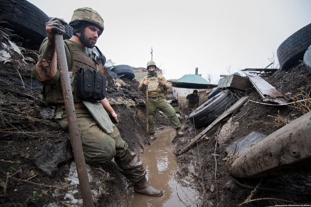 Солдати копають окоп   фото: Андрій Дубчак