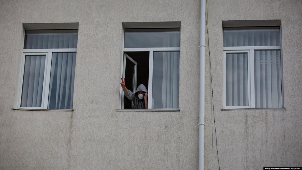 Лікар Сергій Козирєв у вікні карантинного корпусу. Фото - Андрій Дубчак