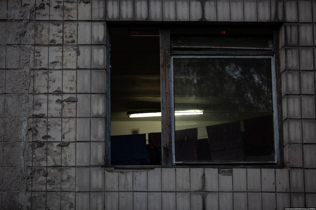 Випрана постільна білизна у вікні одного з корпусів лікарні / Фото - Андрій Дубчак