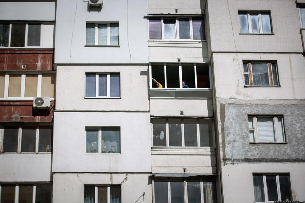 Поки карантин, чоловіки будують балкон у одній з висоток спального району. Фото - Андрій Дубчак