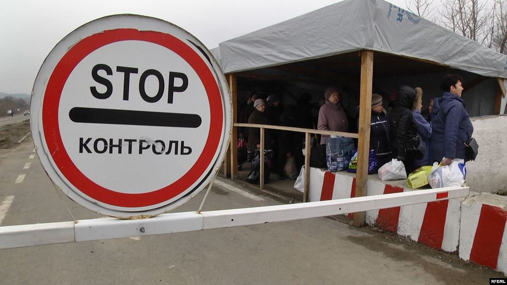 Люди на КПВВ Новотроїцьке