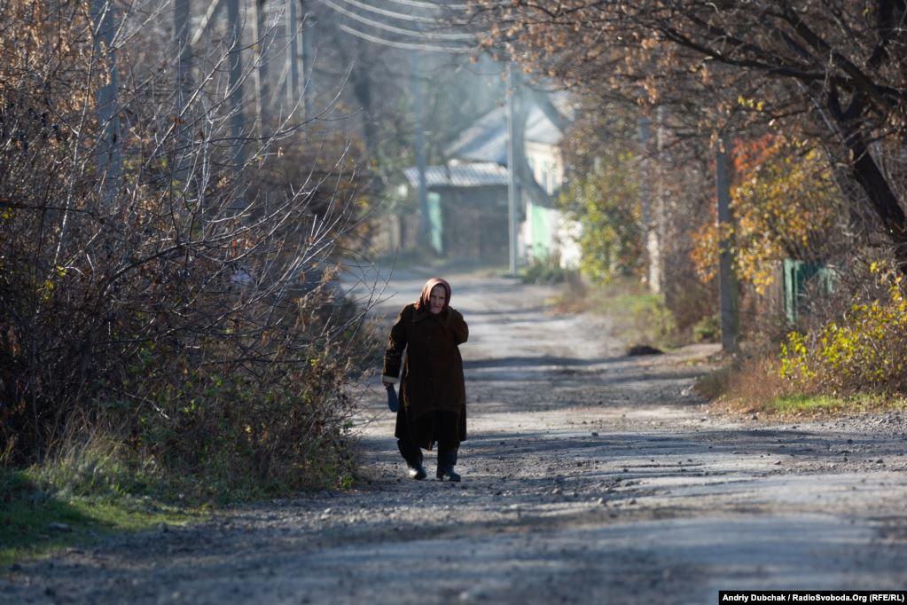 Першою на вулицях Катеринівки ми зустріли 79-річну Іванівну. Про розведення вона прочитала «на стовбі» і каже, що їй це не подобається.  Золоте (фотограф Андрій Дубчак)